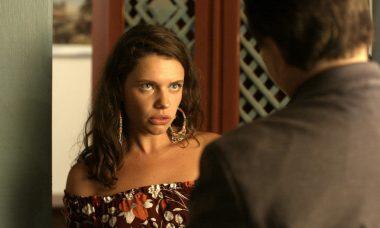 Lourdes Maria (Bruna Linzmeyer) é ameaçada por (Tony Ramos) por causa de fofoca, em 'O Sétimo Guardião'