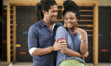 Vinícius (André Luiz Miranda) pede Talíssia (Luellem de Castro) em casamento em Malhação