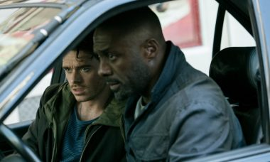 "Richard Madden e Idris Elba no filme ""Atentado em Paris"""