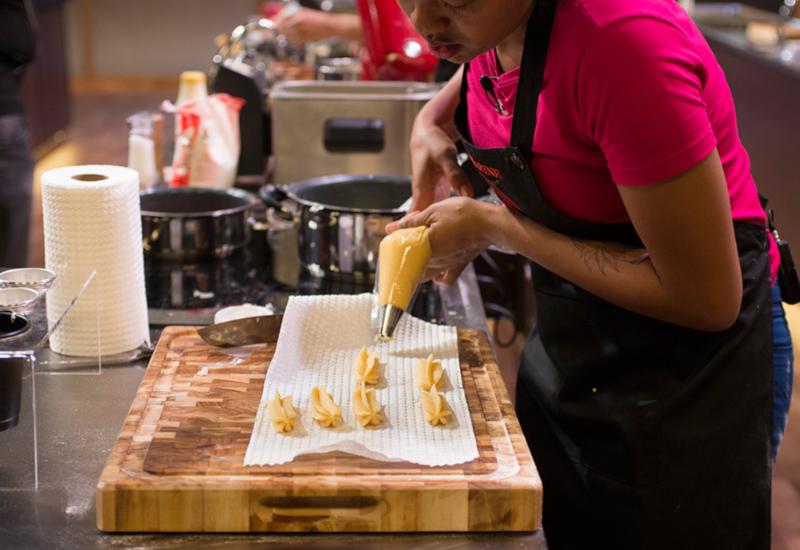 Os cozinheiros amadores tiveram que preparar churros na prova de eliminação / Foto: TV Band