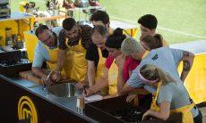 Equipe amarela prepara 400 porções de kebab no Masterchef