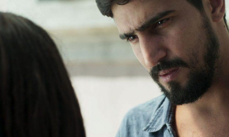 Jamil (Renato Góes) conta sua história de vida a Laila (Julia Dalavia)