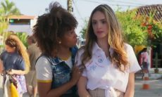 "Kika (Jennifer Nascimento) e Manu (Isabelle Drummond) em ""Verão 90"""