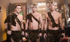 """João ( Rafael Vitti ), Candé (Kayky Brito) e Patrick (Klebber Toledo) como os Tigres Siberianos em """"Verão 90"""""""