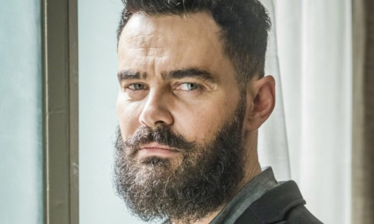 "Carmo Dalla Vecchia como Paul em ""Órfãos da Terra"" / Foto: TV Globo"