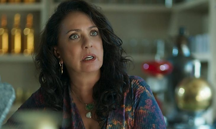 "Rania (Eliane Giardini) em ""Órfãos da Terra"""