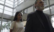 """Camila (Anaju Dorigon) e Aziz (Herson Capri) em """"Órfãos da Terra"""""""