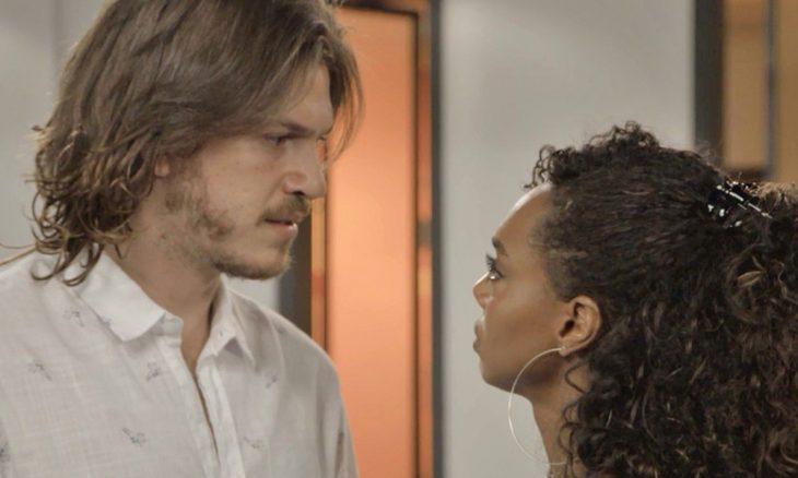 """Quinzinho (Caio Paduan) e Dandara (Dandara Mariana) em """"Verão 90"""" / Foto: TV Globo"""