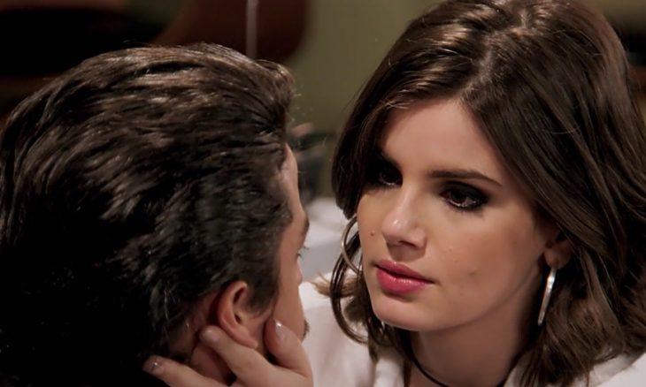 """Jerônimo (Jesuíta Barbosa) e Vanessa (Camila Queiroz) em """"Verão 90"""" / Foto: TV Globo"""