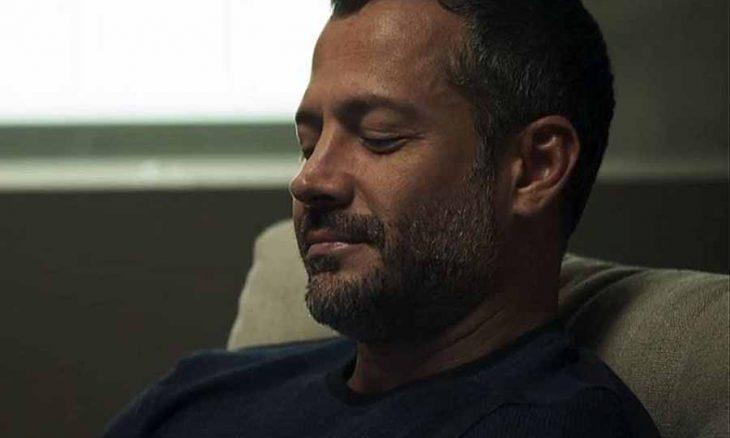 """Merlin encontra a arma de Leandro na casa de Agno. Hoje (1/10) em """"A Dona do Pedaço"""""""