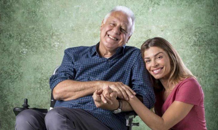 """Alberto fica emocionado ao acordar e ver Paloma a seu lado .Neste sábado (12/10) em """"Bom Sucesso"""""""
