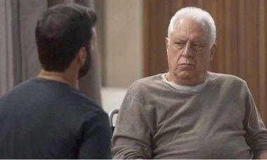 """Diogo coloca o veneno na xícara para envenenar Alberto. Nesta sexta (18) em """"Bom Sucesso"""""""