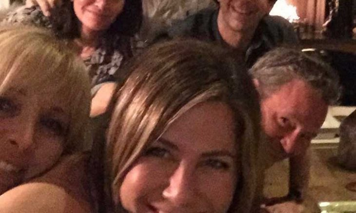 Jennifer Aniston estreia no Instagram e publica foto com elenco de 'Friends'