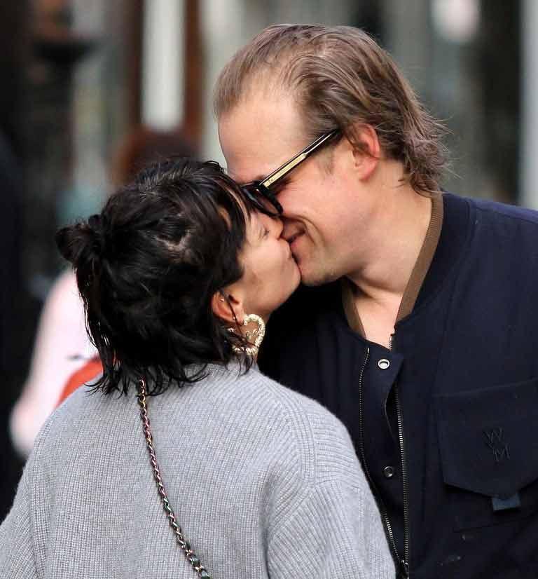 O astro de Stranger Things (ele vive Jim Hopper na série) tornou público seu namoro com a cantora Lily Allen ao aparecerem se beijando em uma foto, que você pode conferir abaixo.