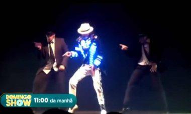 """Jovem gasta 200mil em cirurgias para se transformar em Michael Jackson, hoje 6/10 em """"Domingo Show"""""""