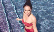 Paolla Oliveira ou Vivi Guedes? Musa posa em piscina e mostra corpo sarado em foto de biquíni