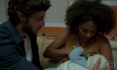 """Camila consegue amamentar Caio, e Thelma reage. Sexta (13/3), em """"Amor de Mãe"""""""