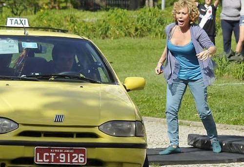 """Vilma é assaltada e dois homens levam seu táxi. Quinta (26/3), em """"Fina Estampa"""""""