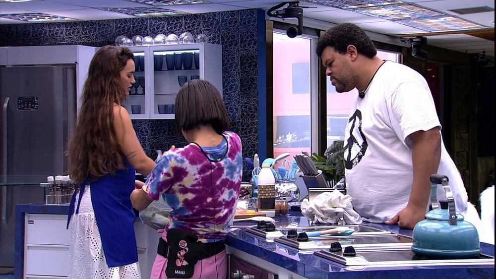 BBB20: Babu ensina Manu a fazer bolo para Rafa e sister elogia