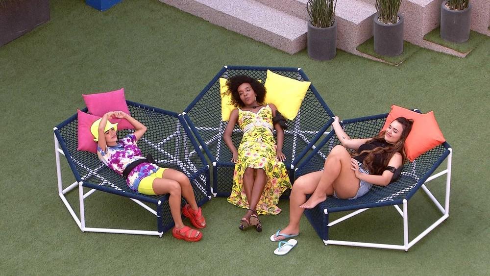 Manu, Rafa e Thelma cantam no jardim do BBB20