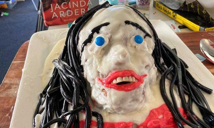 Apresentadora de TV se diz 'profundamente arrependida' por seu perturbador bolo de primeira ministra