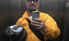 Longe da TV, Mateus Carrieri trabalha entregando comida durante a quarentena