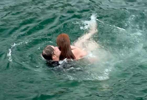 """Jojô empurra Eliza para o mar, e Arthur a resgata. Quinta (7/5), em """"Totalmente Demais"""""""