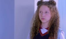 """Ester fica paralisada ao ver o vídeo das crianças do Clubinho. Segunda (1º/6), em """"As Aventuras de Poliana"""""""