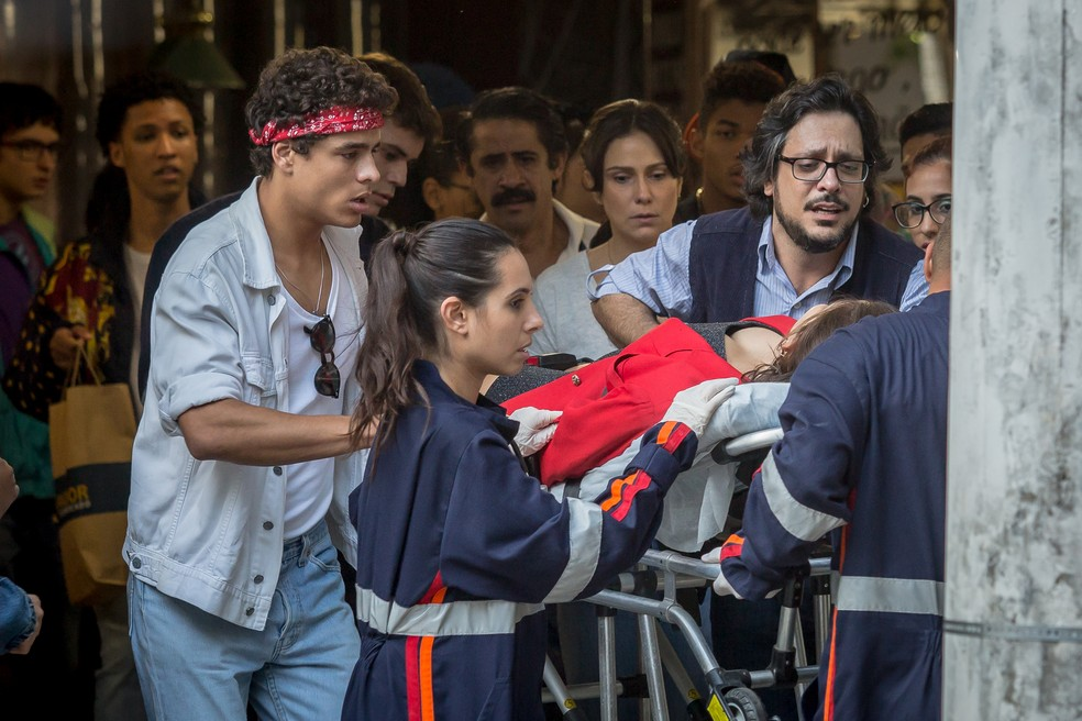 """Keyla tem uma parada cardíaca na ambulância. Terça (19/5), em """"Malhação"""""""