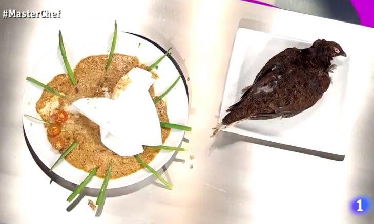 Participante é expulsa do Masterchef Espanha por servir ave crua e com penas