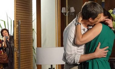 "Íris fotografa Renê e Griselda se beijando. Terça (26/5), em ""Fina Estampa"""