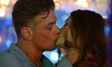 """Jonatas fica arrasado ao ver o beijo que Arthur dá em Eliza. Sábado (27/6), em """"Totalmente Demais"""""""
