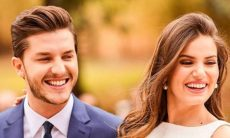 Camila Queiroz e Klebber Toledo divulgam fotos do álbum para comemorar dois anos de casamento