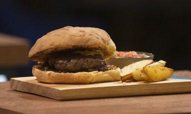 Com hambúrguer gigante, Anna Paula vence MasterChef