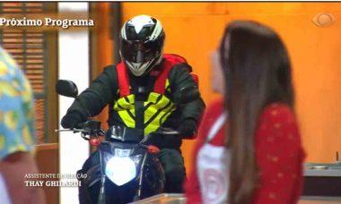 Motoqueiro entrega pizza no estúdio do MasterChef Brasil de hoje (22). Foto: reprodução TV Bbandeirantes
