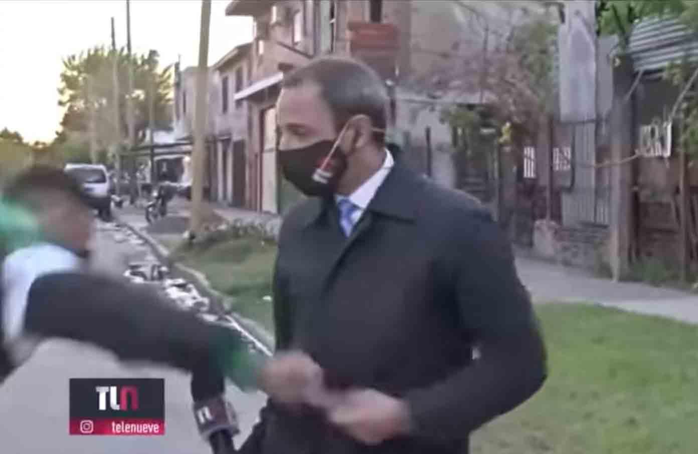 Telefone de jornalista argentino roubado pouco antes da transmissão ao vivo em Buenos Aires. Foto: Reprodução Ypooutube