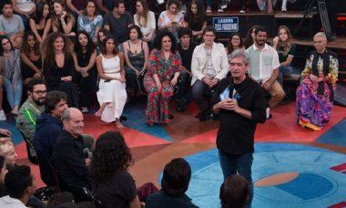 """""""Altas Horas"""" adia comemoração de 20 anos do programa e Serginho ressalta: """"não existe razão para festa"""""""