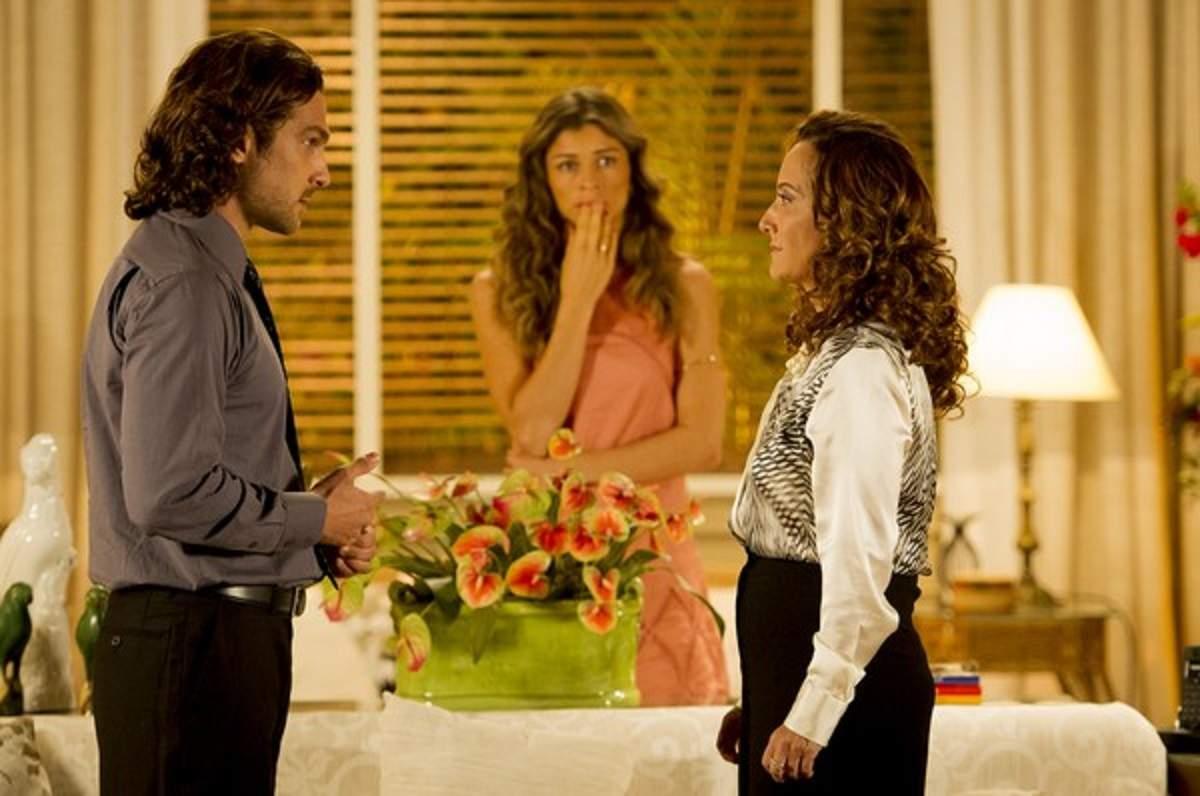 """Alberto expulsa a própria mãe, Guiomar, de sua casa neste sábado em """"Flor do Caribe"""""""