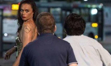 """Nonato é hostilizado na rua por estar travestido nesta quinta (22) em """"A Força do Querer"""""""