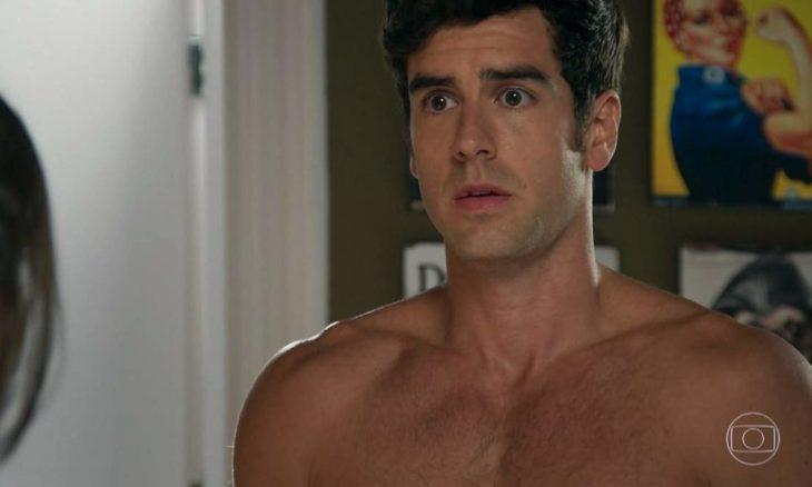 """Felipe fica surpreso ao ver Shirlei trabalhando na sua casa nesta segunda (30) em """"Haja Coração"""""""