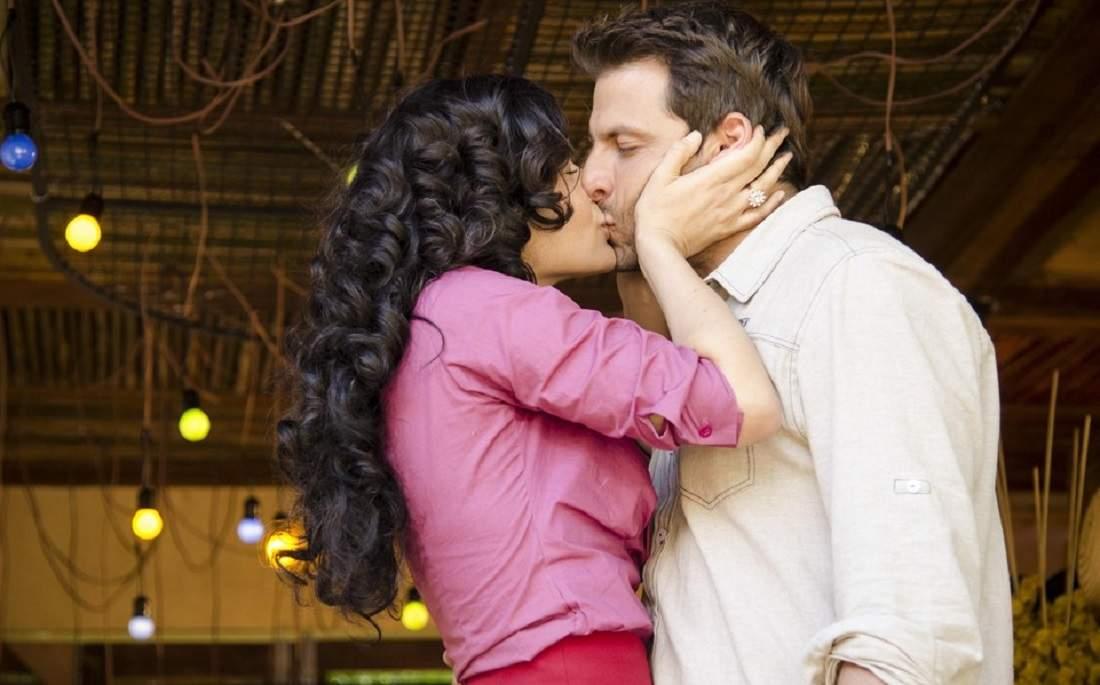 """Cristal beija Cassiano nesta quinta - feira (5) em """"Flor do Caribe"""""""