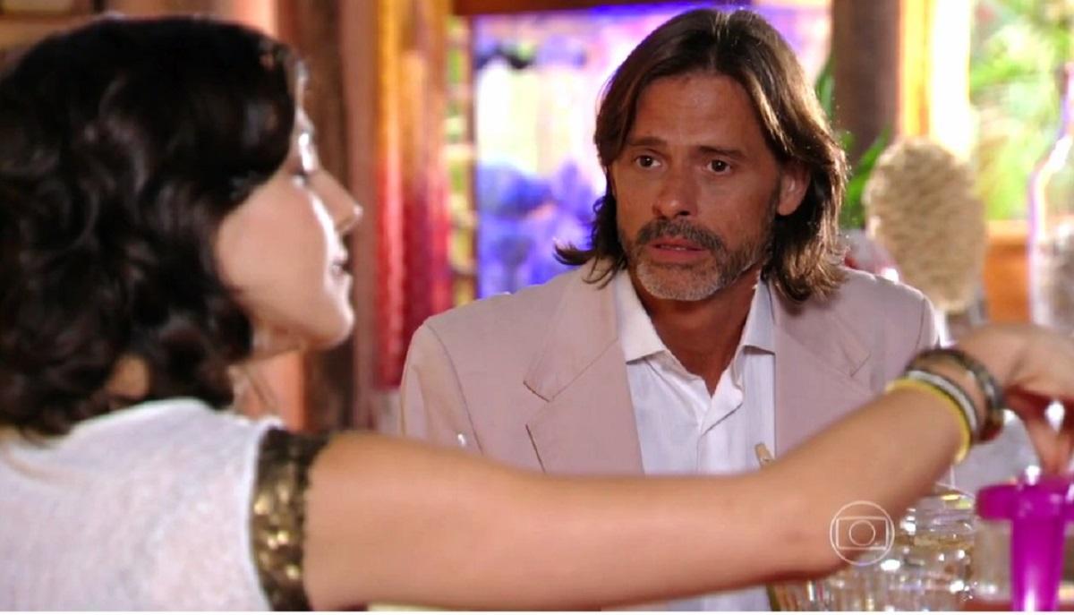 """Mila fala à Reinaldo que Natália está com Juliano nesta terça (17) em """"Flor do Caribe"""""""