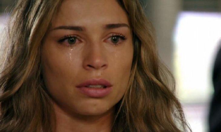 """Ameaçada, Ester mente para a polícia neste sábado (19) em """"Flor do Caribe"""""""