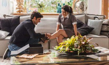 """Felipe devolve sapato para Shirlei que se emociona nesta terça (1) em """"Haja Coração"""""""