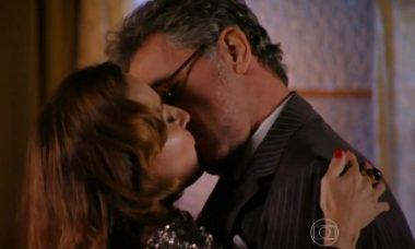 """Duque e Guiomar se beijam se beijam neste sábado (5) em """"Flor do Caribe"""""""
