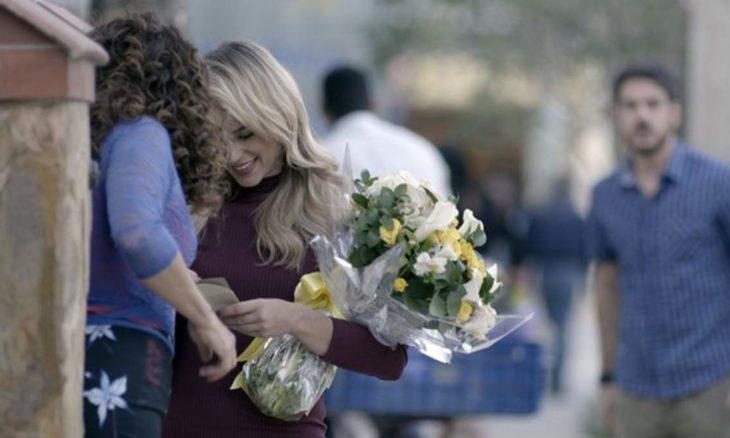 """Jeiza ganha flores de Caio e Zeca sente ciúmes nesta quarta (16) em """"A Força do Querer"""""""