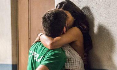 """Zeca e Ritinha se beijam no presídio nesta quinta (7) em """"A Força do Querer"""""""