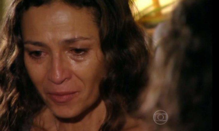 """Bibiana encontra Hélio dormindo no carro nesta segunda (11) em """"Flor do Caribe"""""""