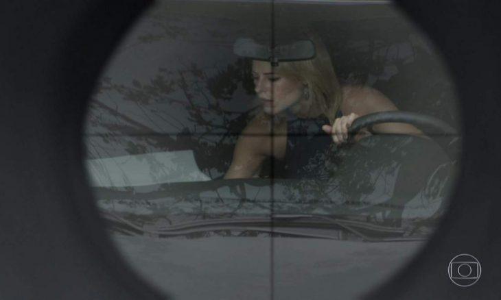 """A mando de Rubinho, carro de Jeiza é atingido por fuzil nesta quarta (13) em """"A Força do Querer"""""""