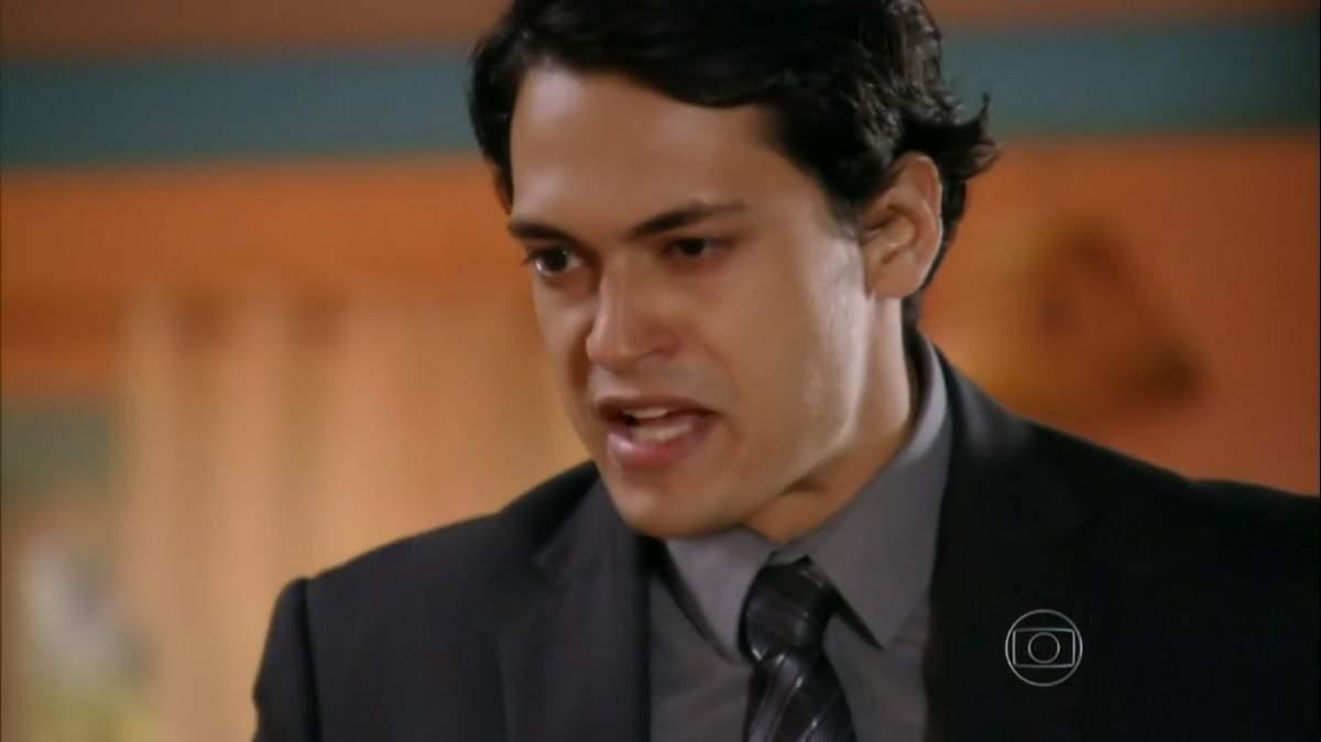 """Hélio destrata Zuleika após ela sugerir que os dois fujam nesta quarta (20) em """"Flor do Caribe"""""""